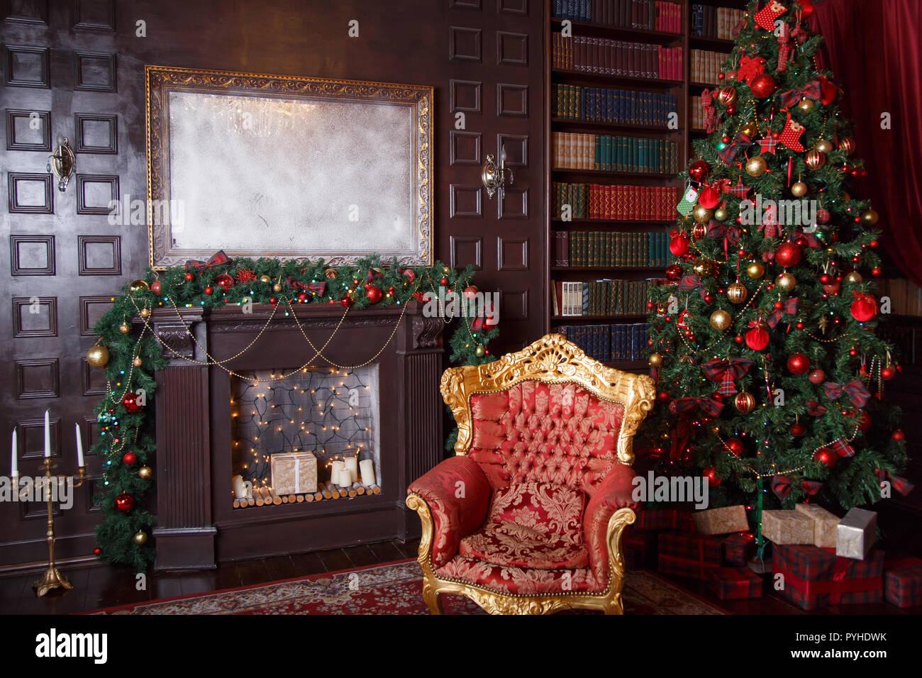 Decorazioni di Natale in royal soggiorno con una poltrona ...
