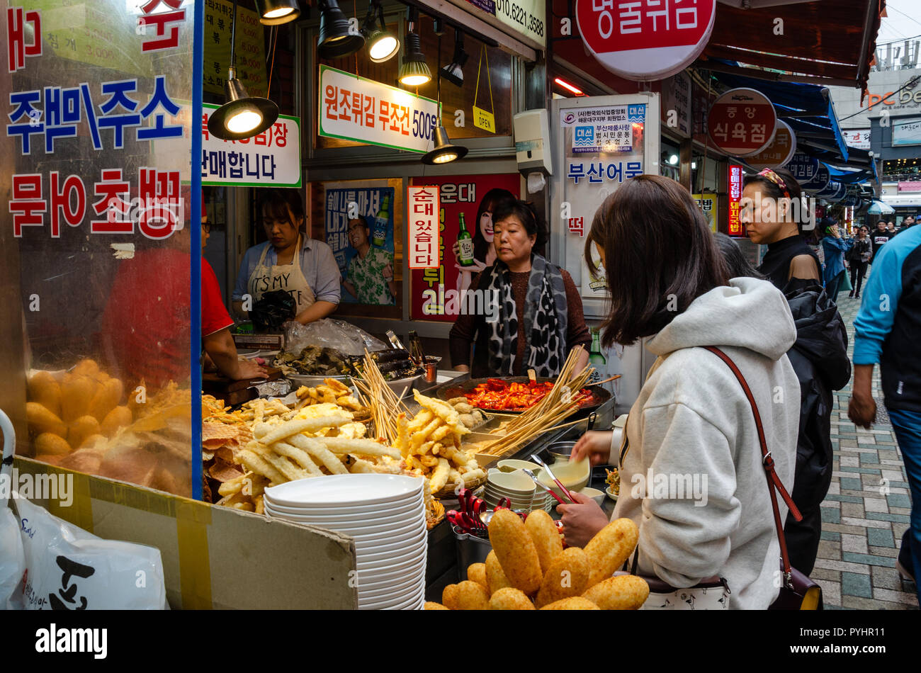 2bfcb5191234 Ai clienti di acquistare cibo e spuntini da un cibo di strada fornitore nel  mercato Haeundae