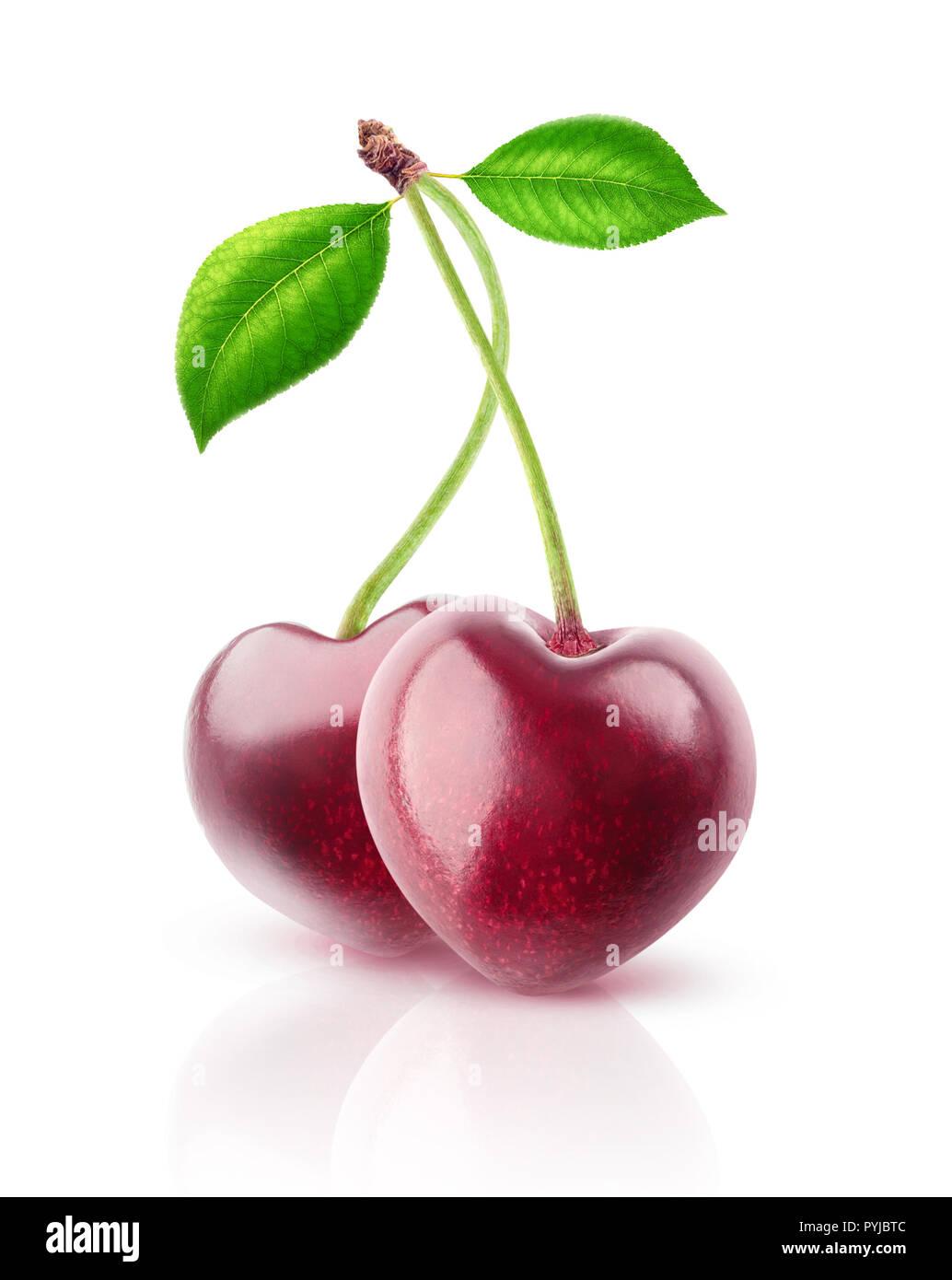 Due isolati bacche. Coppia di a forma di cuore frutti di ciliegio su un gambo isolato su sfondo bianco con tracciato di ritaglio Immagini Stock