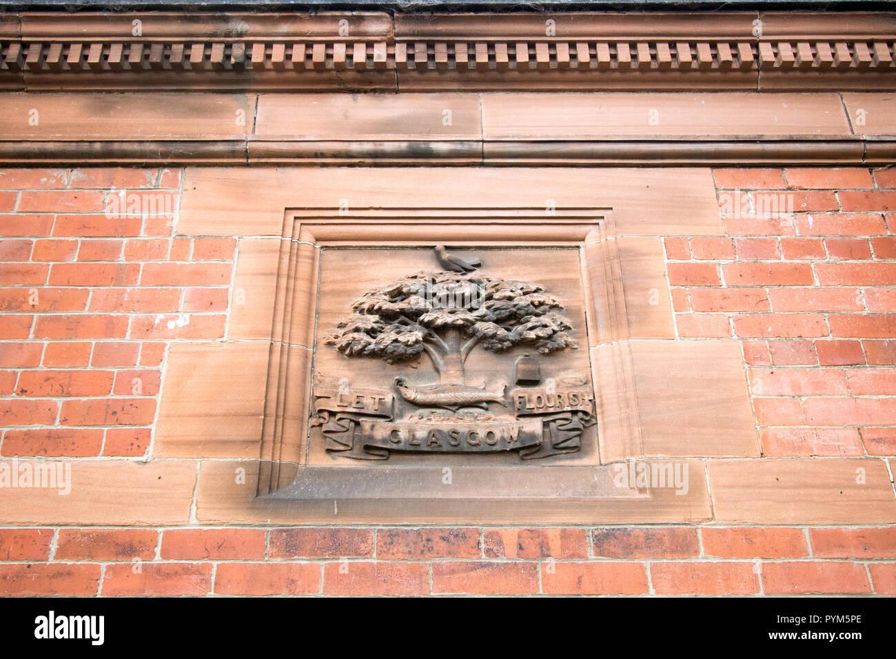 Dettaglio illustrato del motto di Glasgow, 'Far fiorire di Glasgow,' su un edificio di mattoni, Botanic Gardens, Glasgow, Scozia Immagini Stock