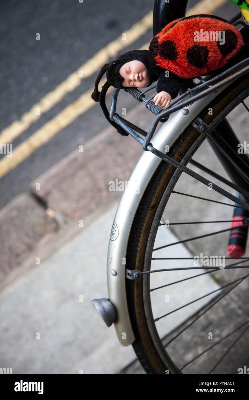 Ladybird Soffice bambola asleap sulla bici bagagli snap sulla ruota posteriore Immagini Stock
