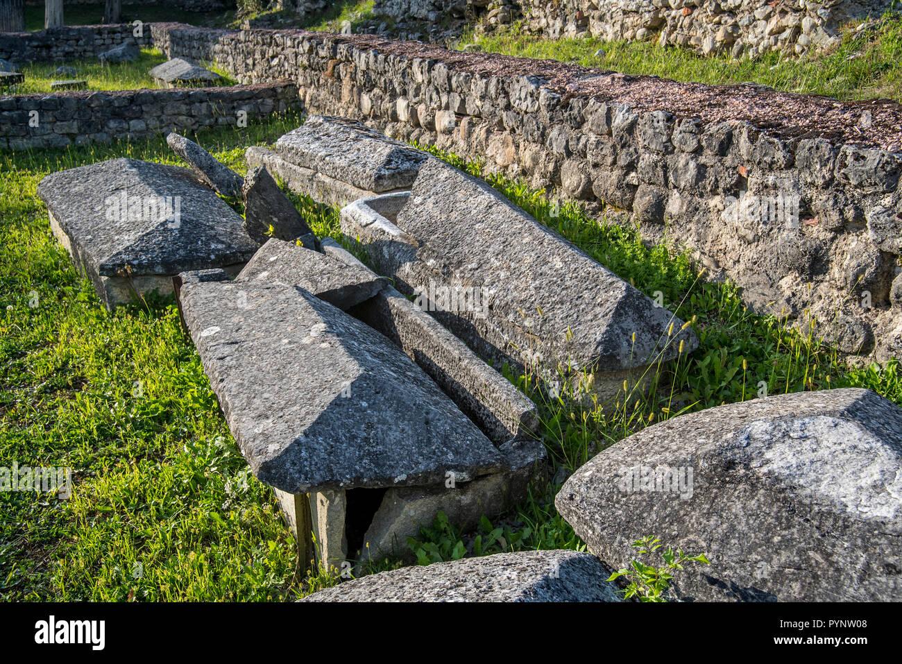 Sarcofagi tra i resti del V secolo il cristianesimo primitivo / Chiesa primitiva basilica a Saint-Bertrand-de-Comminges, Haute-Garonne, Pirenei, Francia Immagini Stock
