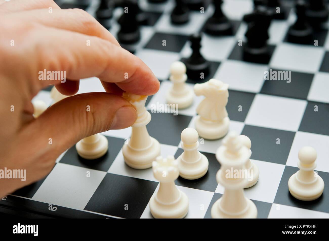 Maschio lato facendo una scacchiera spostare Immagini Stock