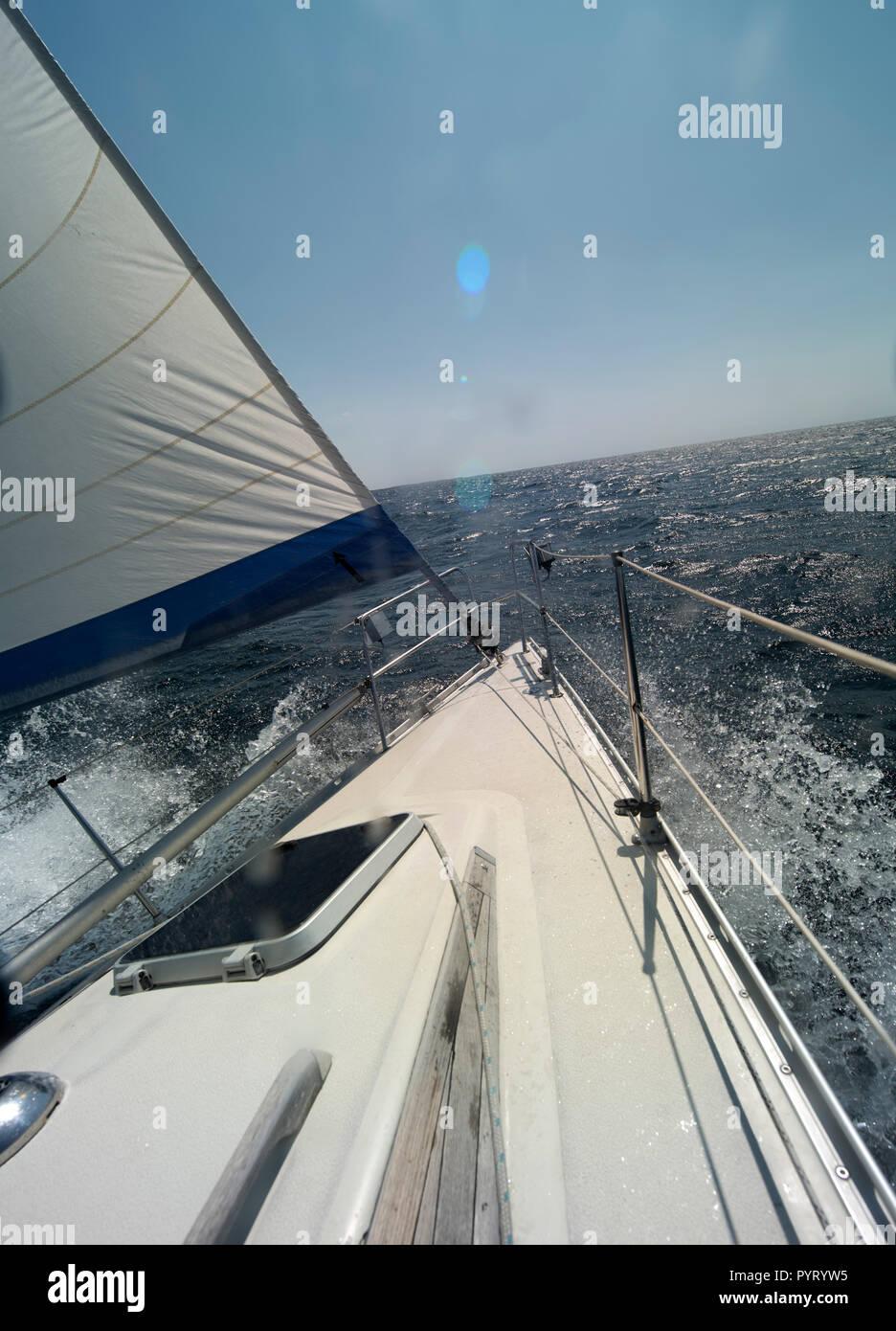 Una vela è una struttura di trazione-realizzata in tessuto o in altri materiali di membrana che utilizza il potere di vento per la propulsione di imbarcazioni a vela, comprese le navi a vela, vela Immagini Stock