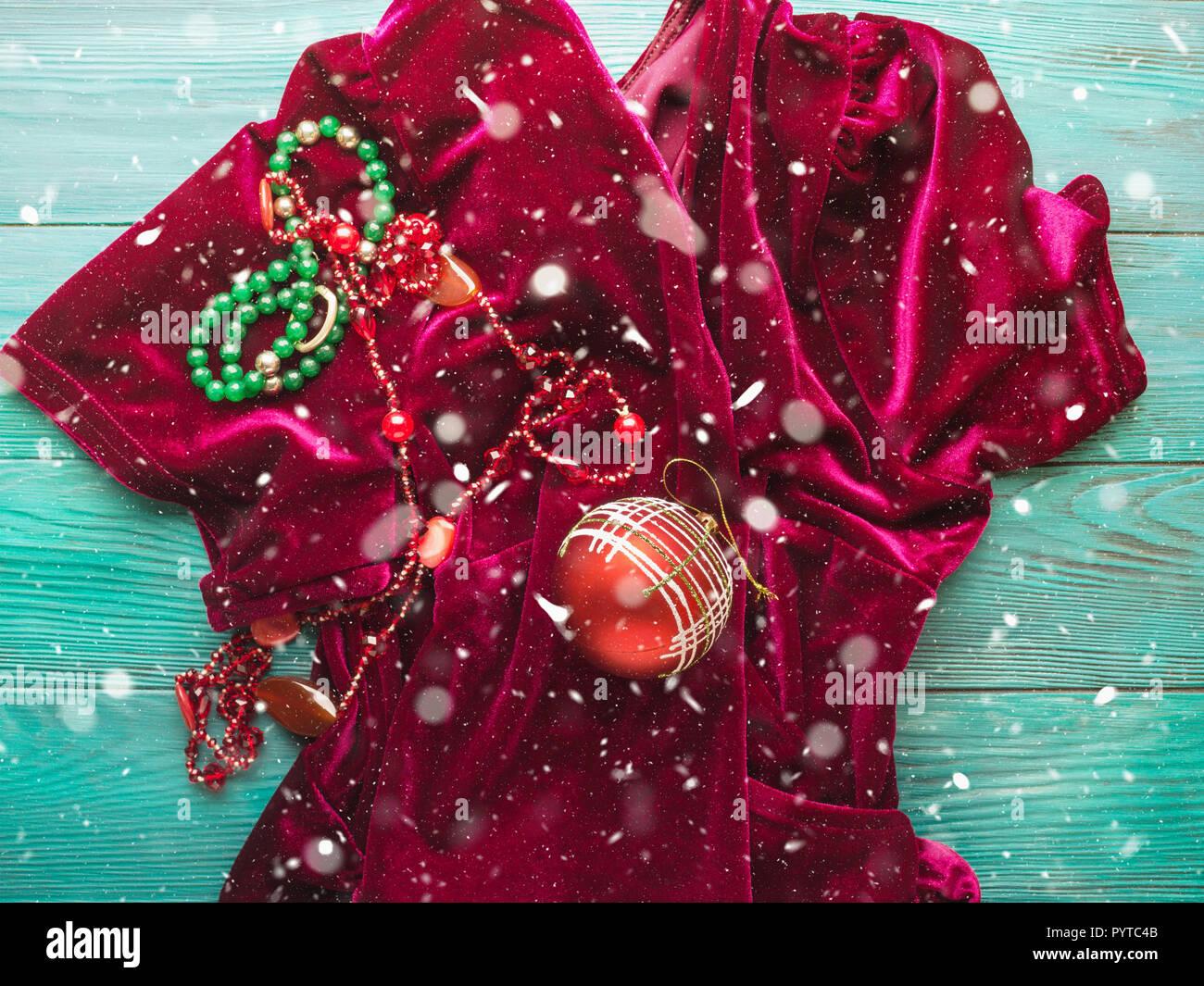 Rosso abito di velluto per Natale festa di capodanno. Decorazioni accessori  moda banner sfondo. 12f775b2512