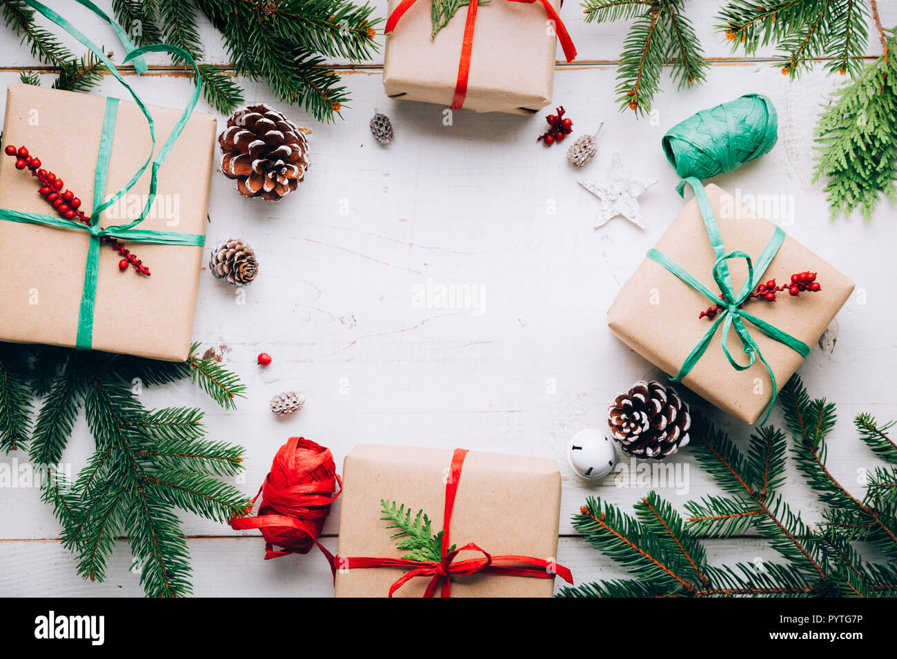 Regali Di Natale Artigianali.Regali Di Natale Con Carta Artigianale Rafia Archi Abete Rami Pin