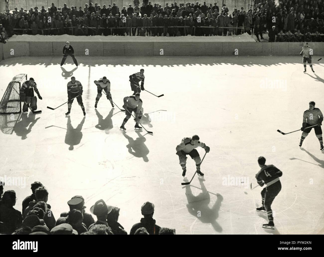 Hockey su ghiaccio corrispondono, Aroa, Svizzera degli anni cinquanta Immagini Stock