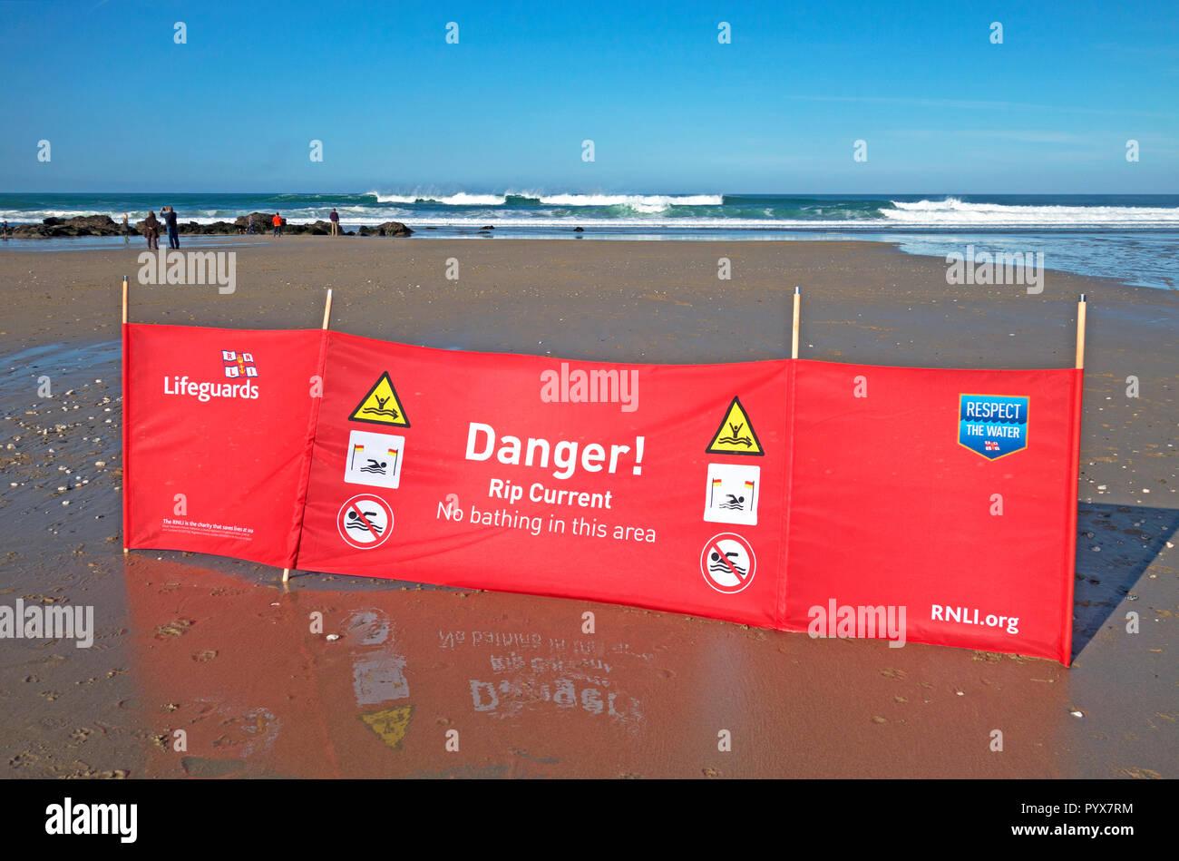 Avvertenza pericolo informazioni di sicurezza nessun segno di balneazione corrente rip, porthtowan Beach, Cornwall, England, Regno Unito Foto Stock