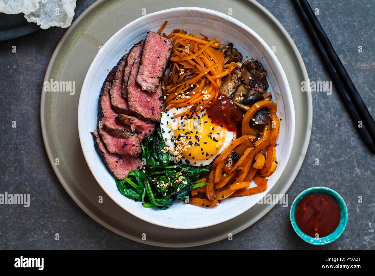 Bibimbap, coreano manzo e verdure piatto Immagini Stock