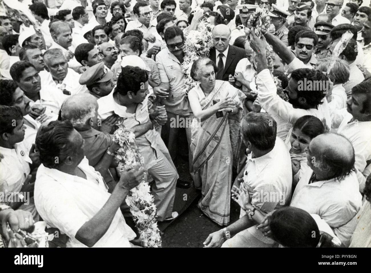 Indira Gandhi circondato da sostenitori, India, Asia, 1970s Immagini Stock