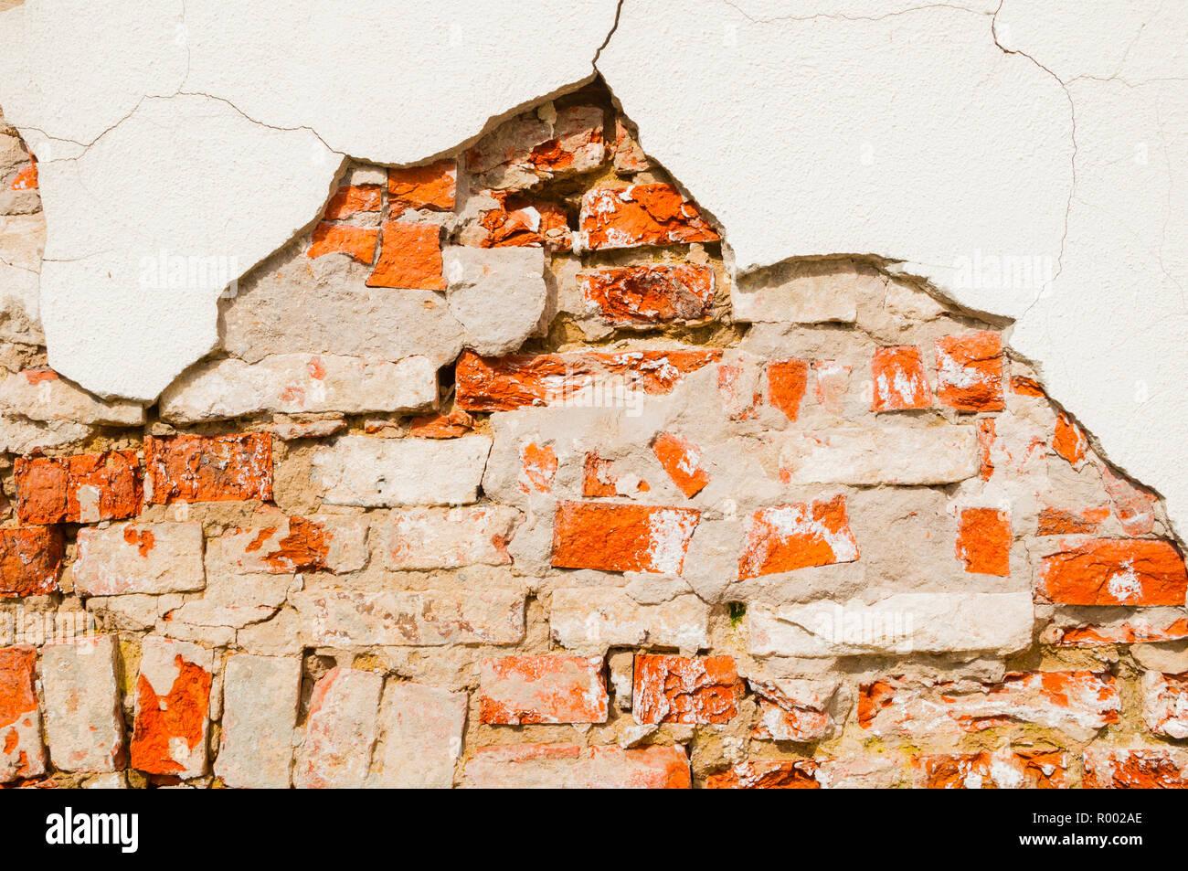 Stone texture di sfondo weathered rosso mattone muro di pietra, la texture della pietra mattoni rossi con fiocchi di stucco Foto Stock