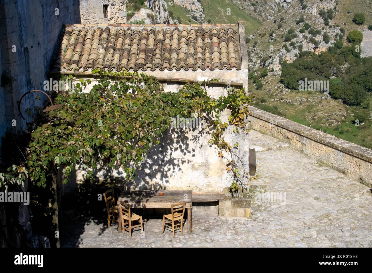 Case Di Pietra E Legno : Antica casa di pietra con vecchi tavoli in legno e sedie che si