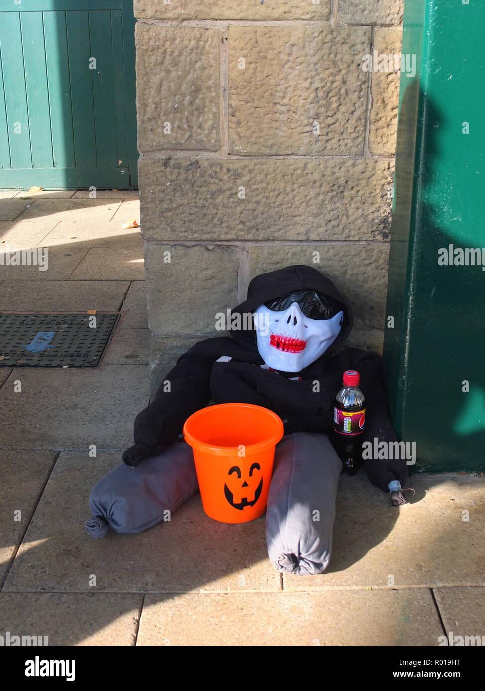Centesimo per il ragazzo - Una notte dei falò Guy prodotta da un trio di età primaria scolari e visualizzati al di fuori di Morrisons supermercato Sheffield Regno Unito 2018 Immagini Stock