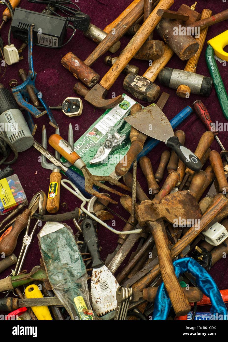 Il vecchio gli strumenti a mano spiegate sul terreno,a accozzaglia di vendita. Immagini Stock