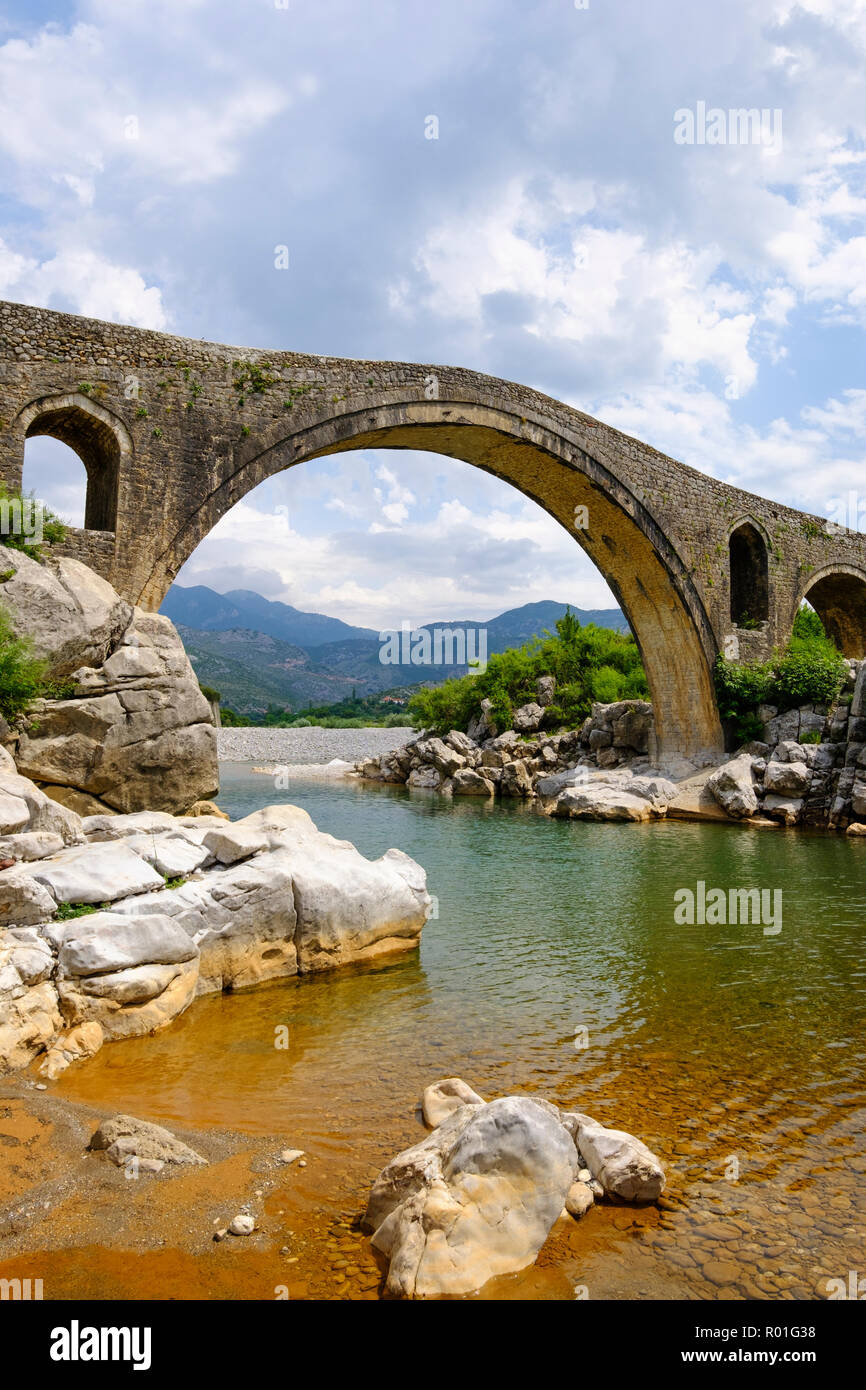 Ottoman ponte di Arco, Ura e Mesit, Ponte di MES, Fiume Kir, vicino a Shkodra, Shkodër, Qark Shkodra, Albania Immagini Stock