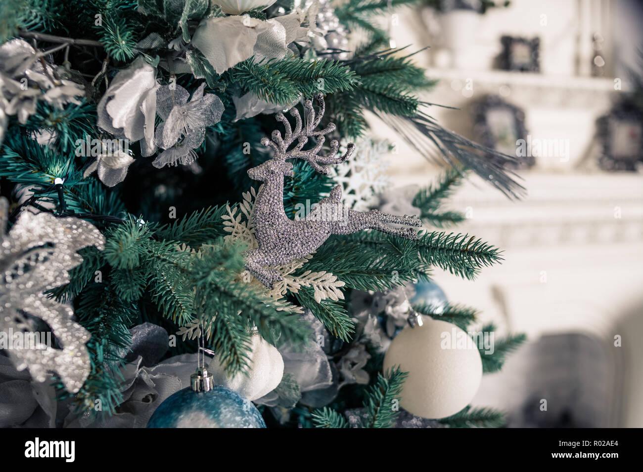 Albero Di Natale Con Decorazioni Blu : Albero di natale con blu e bianco giocattoli allinterno.scheda di