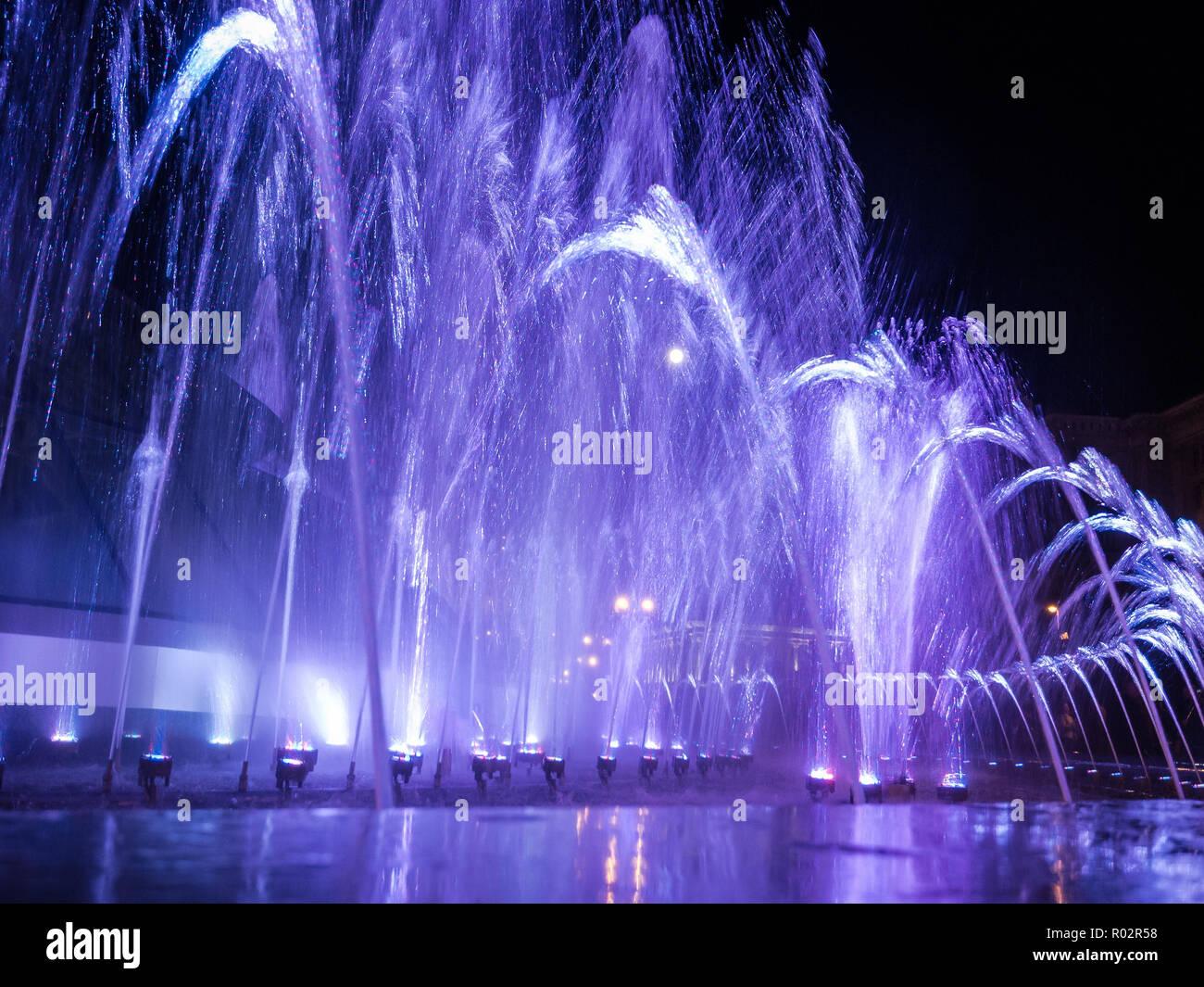 Getti D Acqua Fontane.Colorate Di Getti Di Acqua Nella Fontana Di Notte Foto