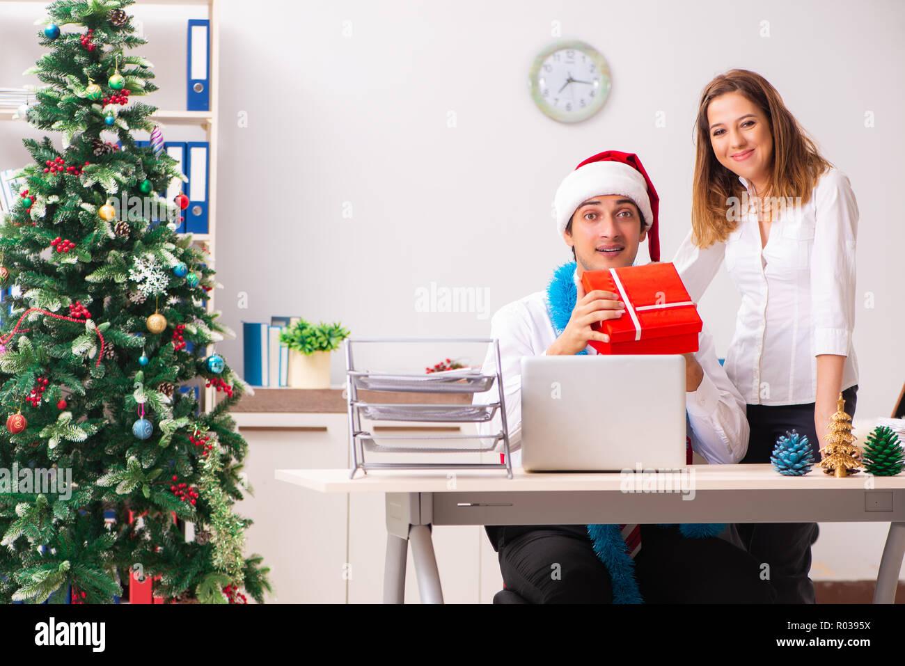 Regali Di Natale Per Colleghi.I Colleghi Exchaing Regali Di Natale In Ufficio Foto Immagine