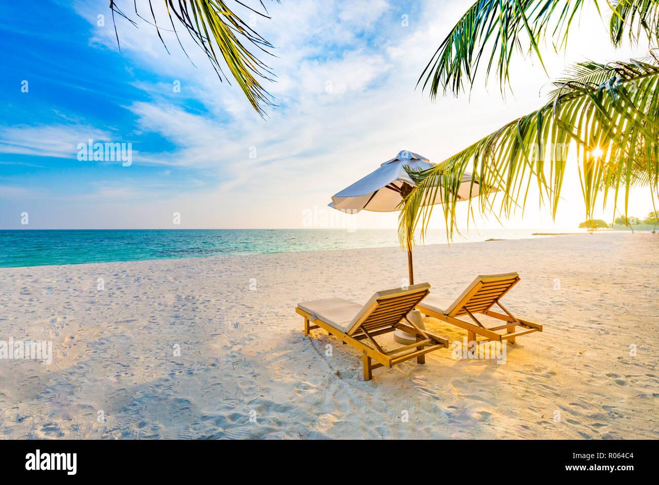 Tropical Beach Sunset Sfondo Il Paesaggio Estivo Con Sedie A Sdraio