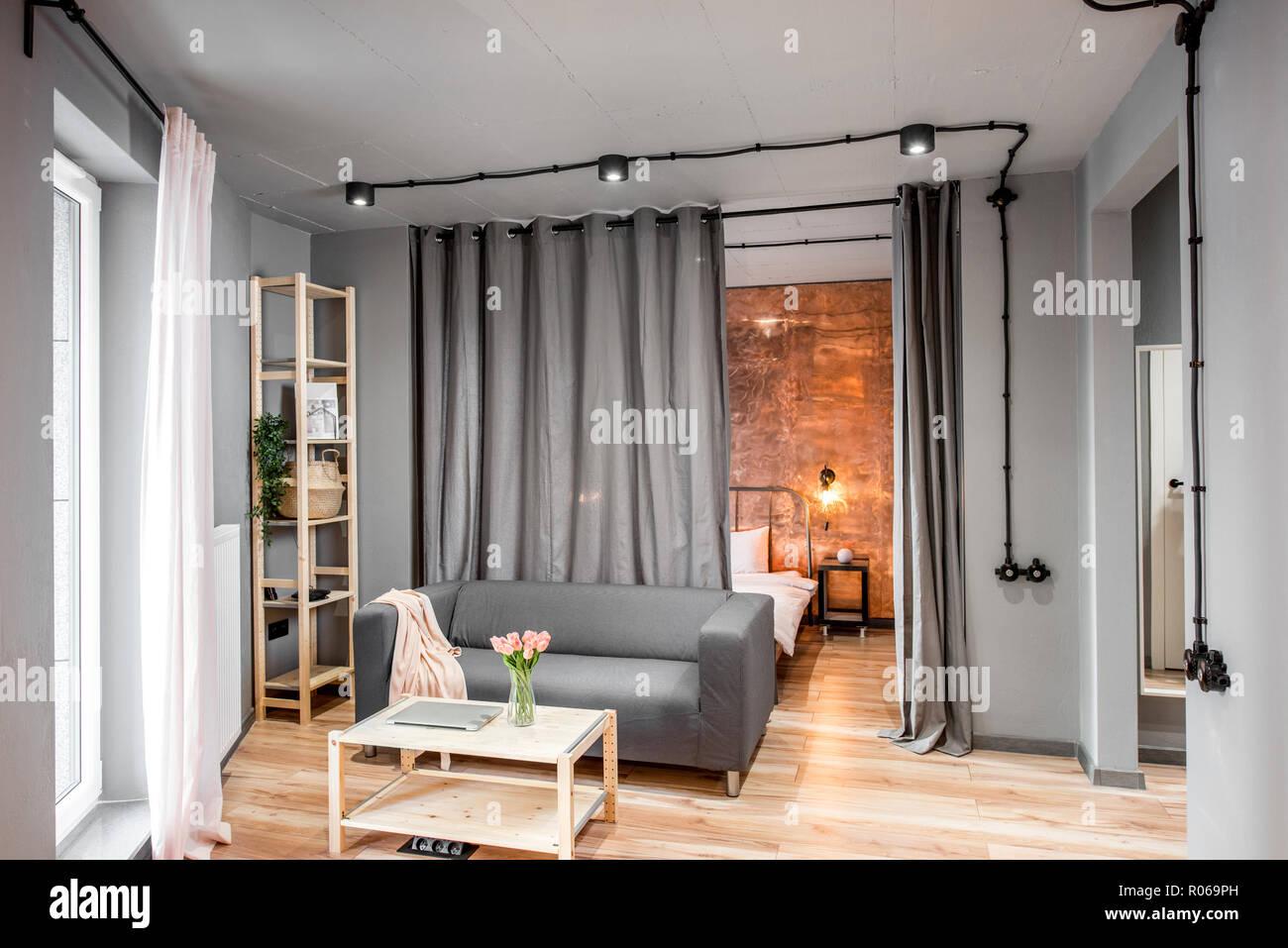 Soggiorno moderno in stile loft realizzati in colori grigi con ...