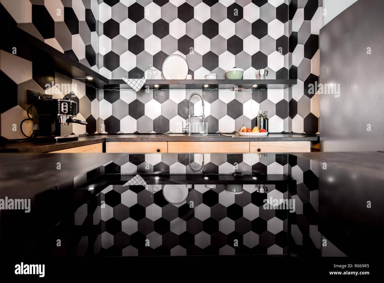 Loft cucina interna esagonale con piastrelle bianche e nere foto