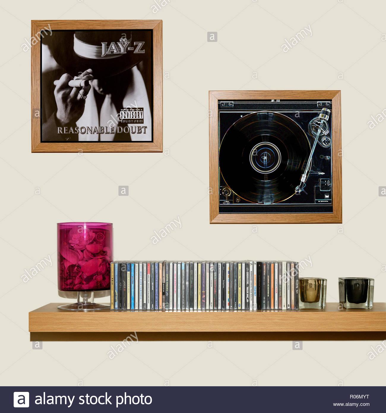 Raccolta di CD e incorniciato Jay Z 1996 album di debutto di ragionevole dubbio., Inghilterra Immagini Stock