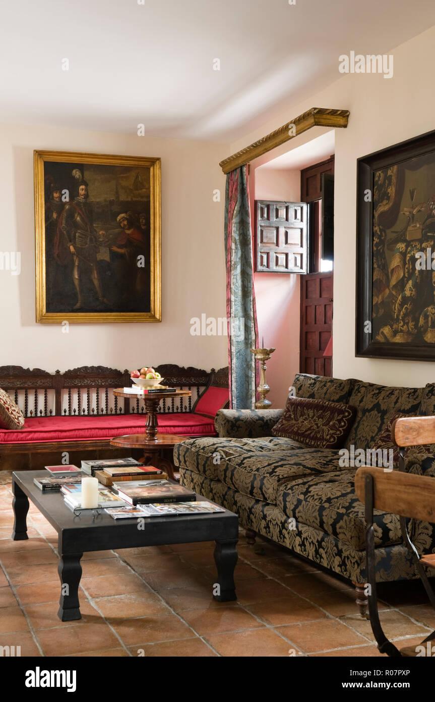 Soggiorno con divano modellato Foto & Immagine Stock ...