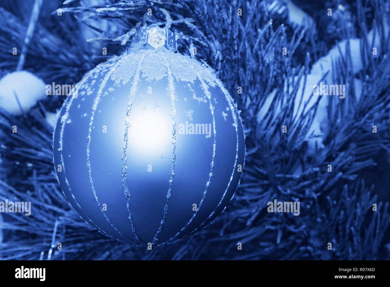 Decorazioni Albero Di Natale Blu : Decorazione di natale appeso a un albero di pino all esterno