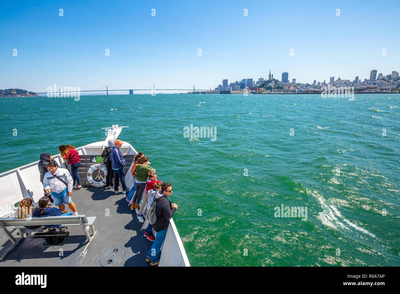 San Francisco, California, Stati Uniti - Agosto 14, 2016: Alcatraz Flayer tour in barca prua a Isola di Alcatraz a San Francisco cityscape e di Oakland Immagini Stock