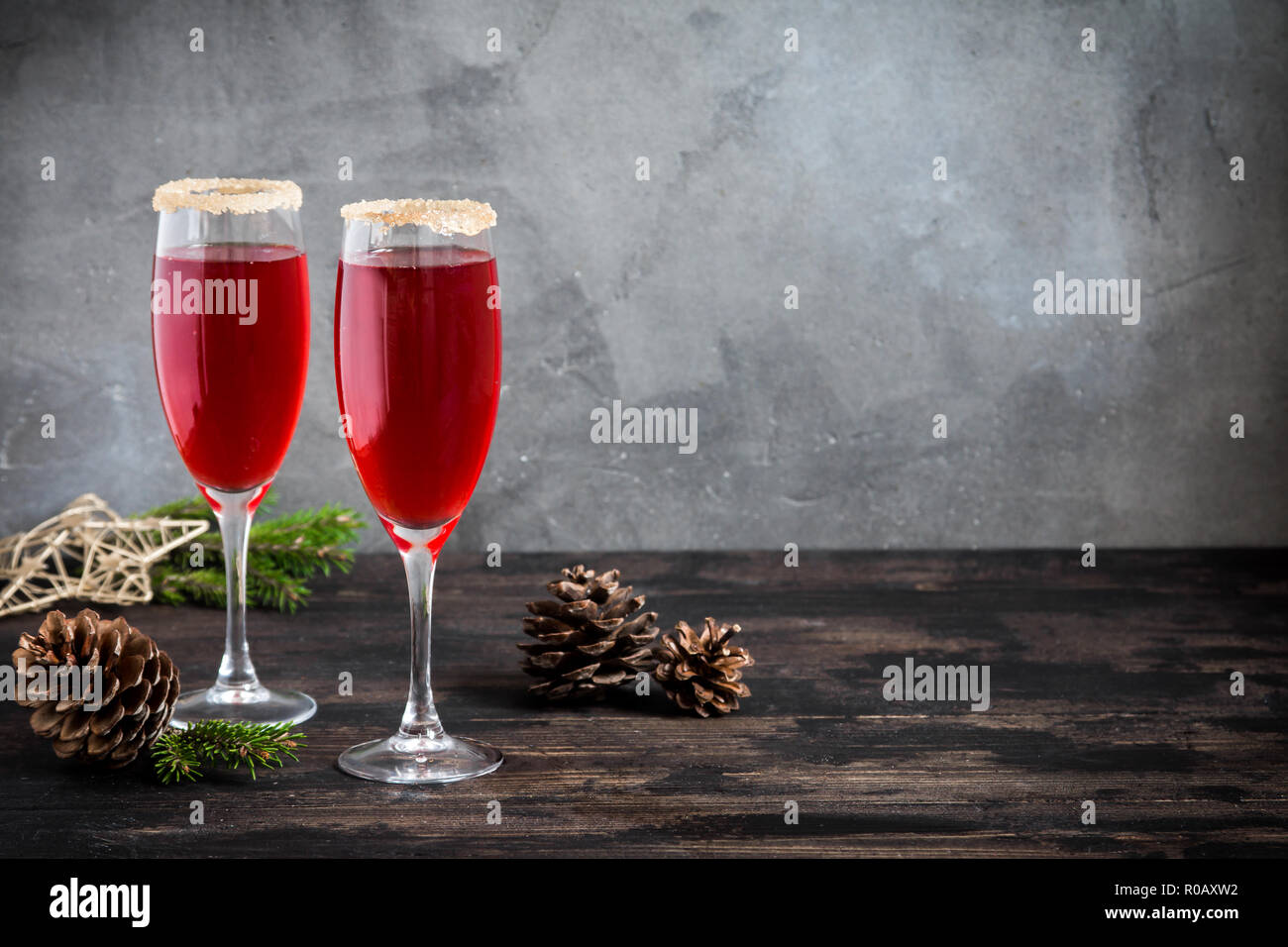Mimosa drink di festa per il Natale - champagne cocktail rosso Mimosa (mocktail) con mirtillo palustre per la festa di Natale, spazio di copia Immagini Stock