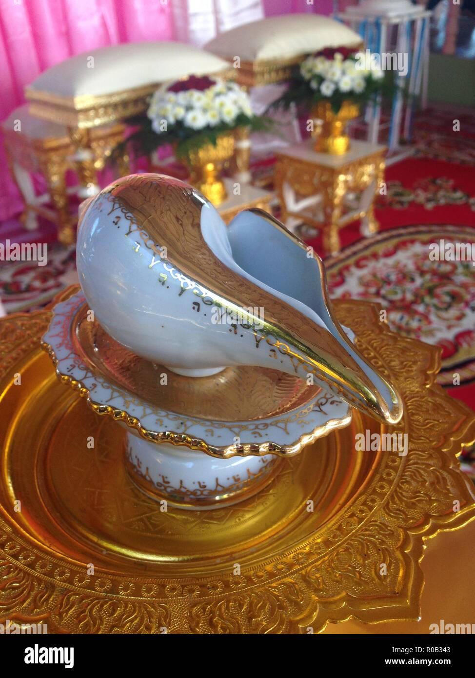 2aca6ad1fe98 Close-up di santo dell acqua versata alle mani della sposa da anziani  durante una tailandese tradizionale cerimonia di nozze