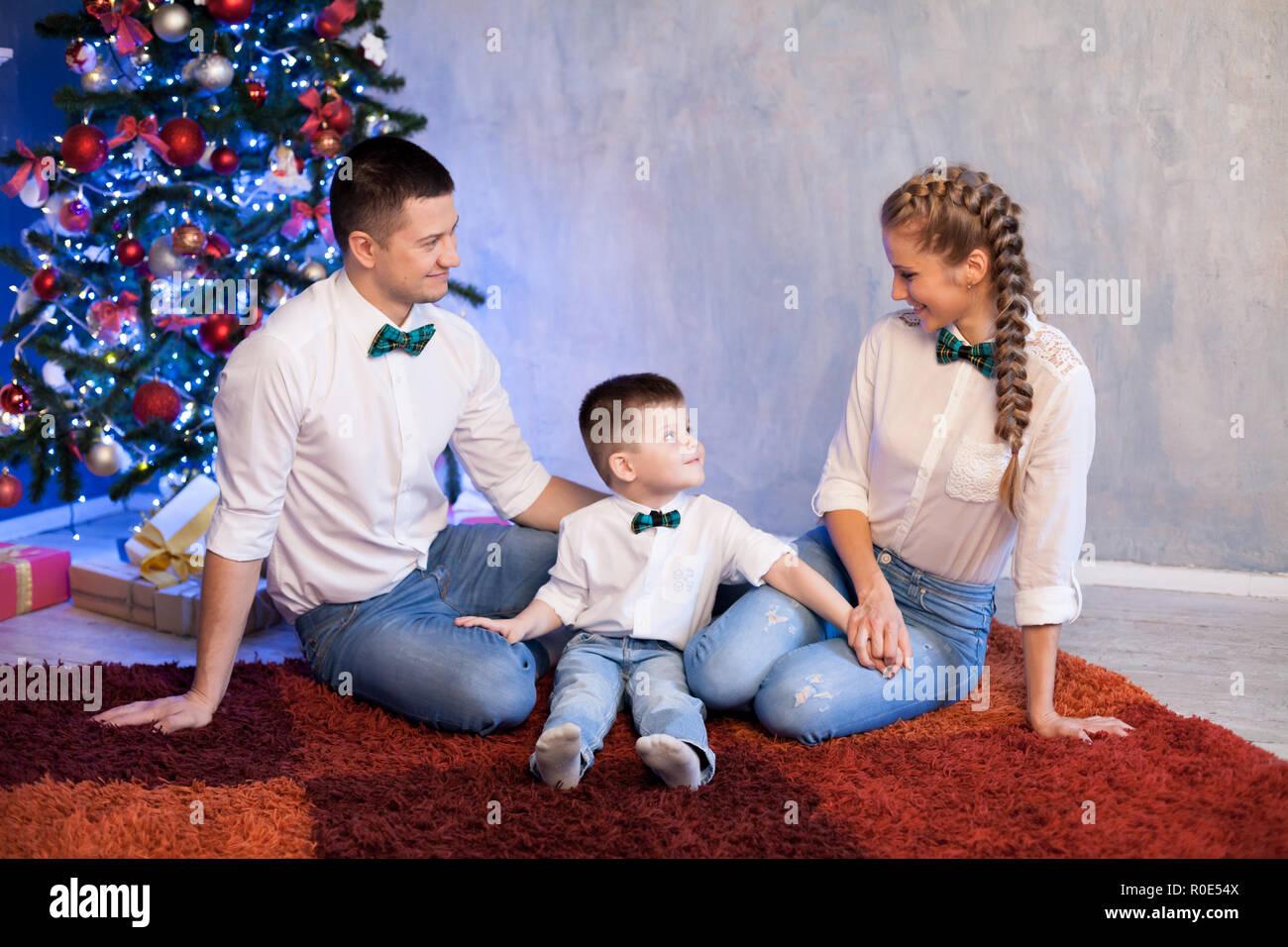Regali Di Natale Per Un Papa.Mamma E Papa Di Un Ragazzino Aprire I Regali Di Natale Per Il Nuovo