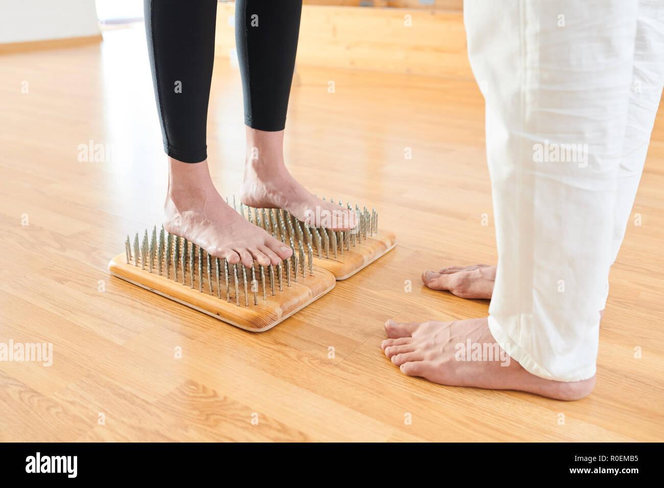 Letto Di Chiodi.Donna Coraggiosa In Piedi Sul Letto Di Chiodi A Yoga Pratica
