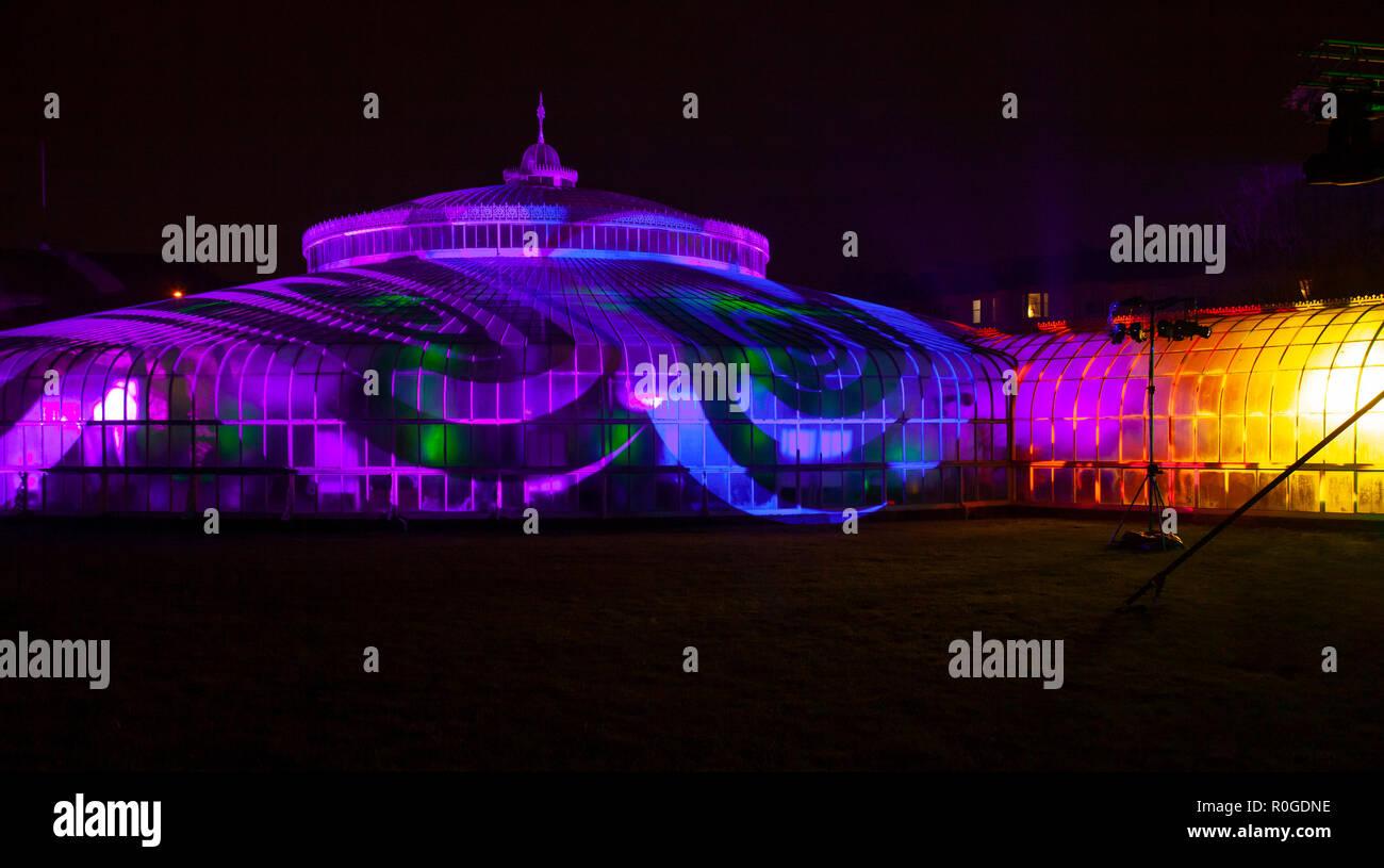 Moto vorticoso di luce e ombra di patterns proiettati sul Kibble Palace come parte dell'inverno GlasGLOW evento, dove il Giardino Botanico è illuminata di notte Foto Stock