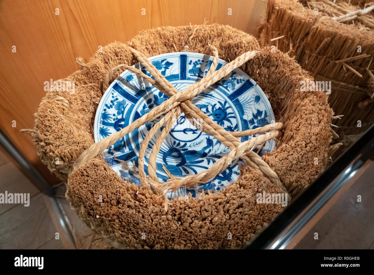 Arita giapponese blu bianco porcellana piastra VOC XVII C decorate in cinese Kraak stile con il logo della Compagnia Olandese delle Indie Orientali VOC pronto per la spedizione Immagini Stock