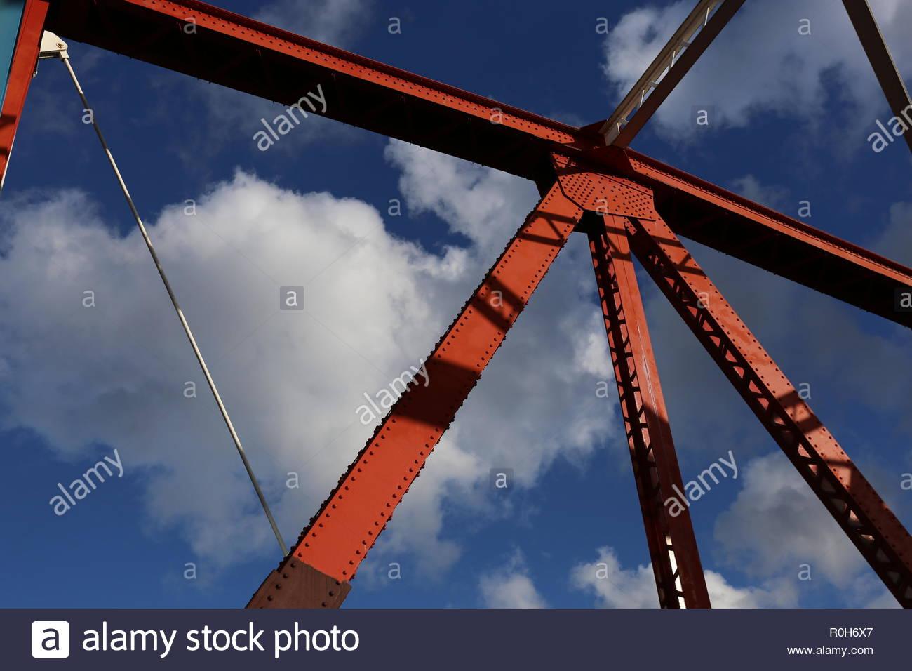 Telaio a ponte in acciaio travi dipinte di colori luminosi Immagini Stock
