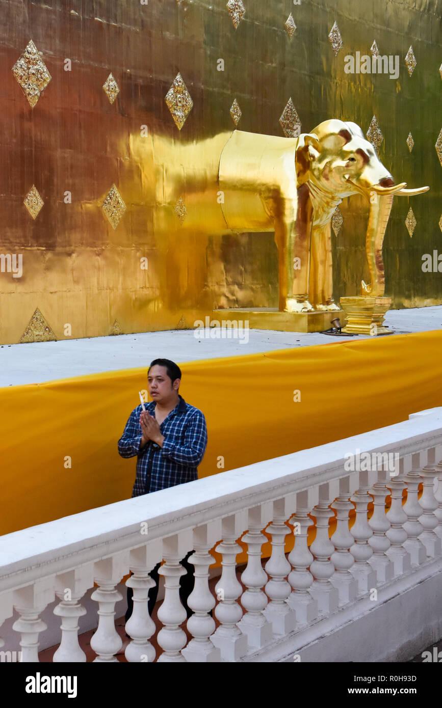 Il popolo dei fedeli al Wat Phra Singh, tempio buddista, Chiang Mai, Thailandia Immagini Stock