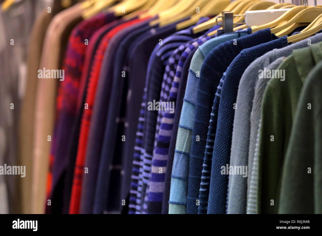 3135dc7c50fb Una fila di abiti da donna su un appendiabiti in un negozio per la vendita