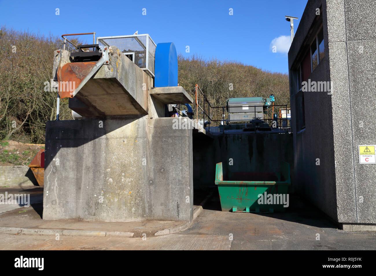 Il luogo dove il primo filtraggio grossolano di liquame in entrata e il rifiuto di incurabile gli elementi che devono essere riempite di terra. Immagini Stock