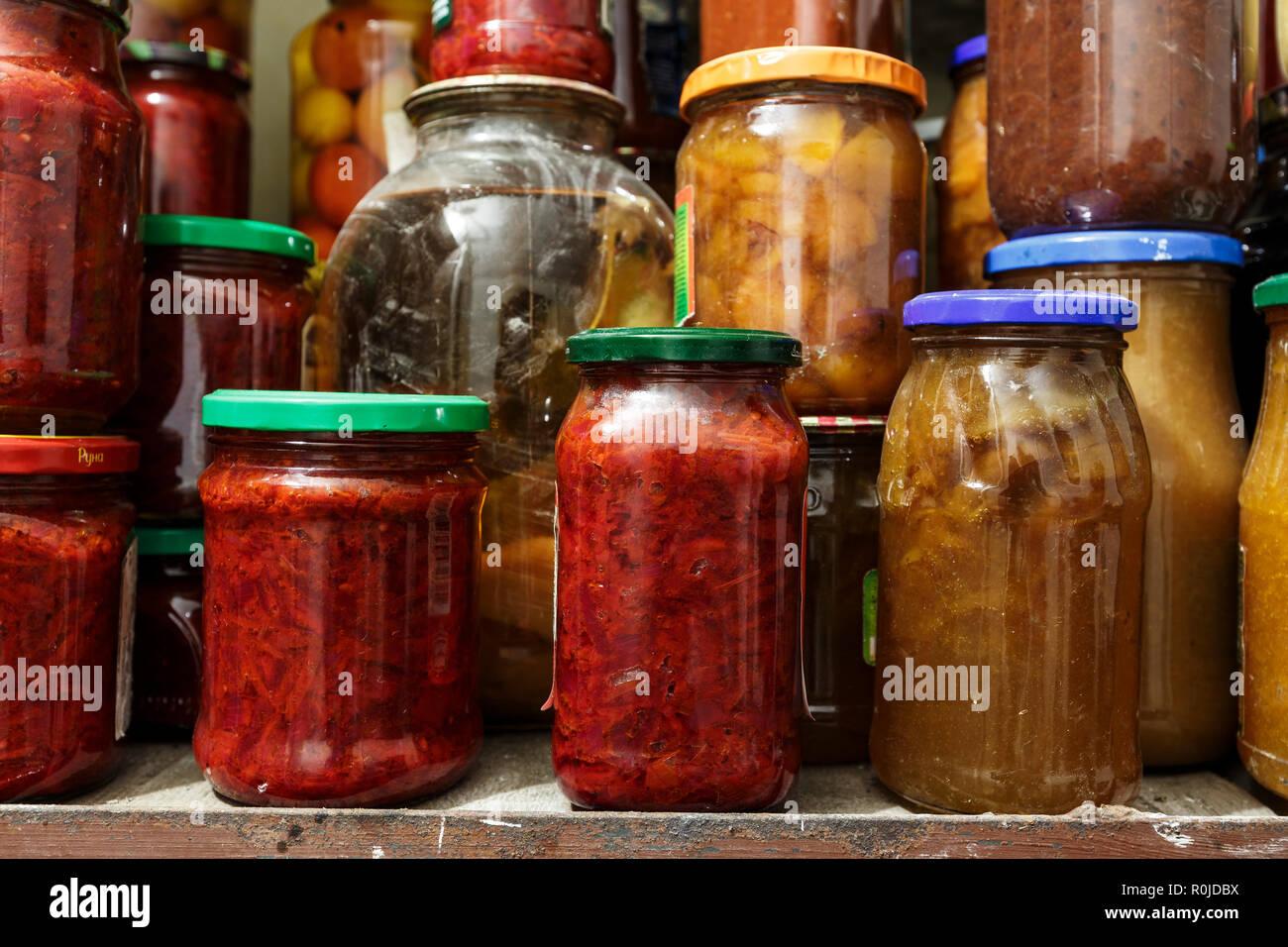 Contenitori Vetro Per Conserve un sacco di conserve di ortaggi in vasetti di vetro in