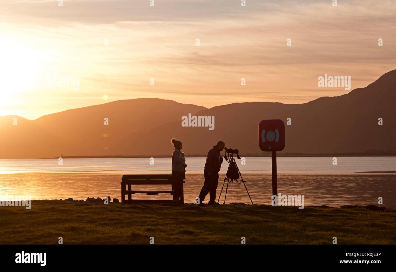 Sagome di persone al tramonto, Bunree, con il Loch Linnhe in background, Lochaber, Scotland, Regno Unito Immagini Stock