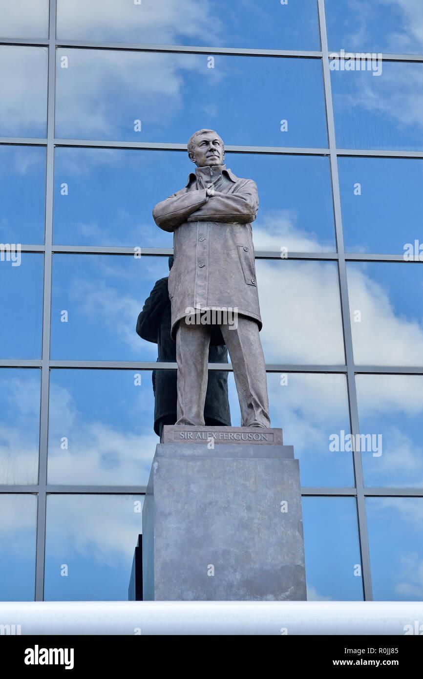 Il sir Alex Ferguson statua al di fuori di Old Trafford, casa del Manchester United Football Club, England, Regno Unito Immagini Stock