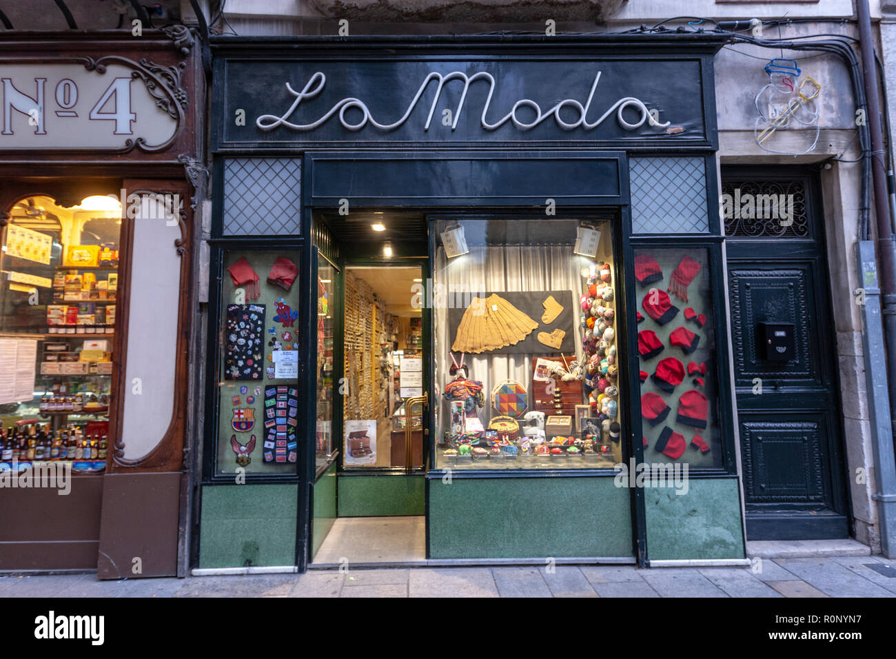 Carrer Dels Ciutadans, emblematici vetrina in Girona e La Moda shop, Catalogna, Spagna Immagini Stock
