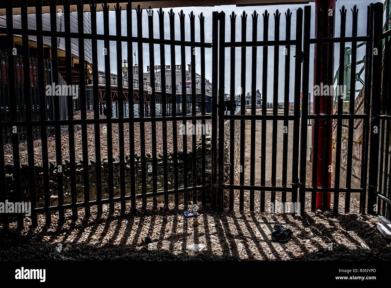 Vista dal sottopassaggio del molo di Brighton, Brighton Pier visto dal sito di costruzione sottopasso sotto Immagini Stock