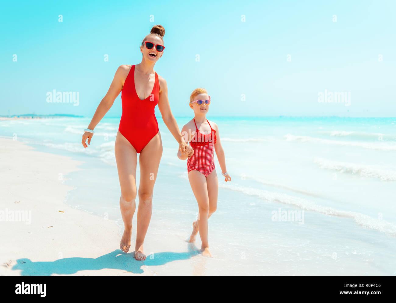 Costumi Da Bagno Per Bambino : Felice giovane madre e bambino in costume da bagno di colore rosso