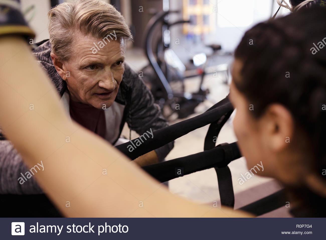 Il trainer di parlare con boxer femmina in palestra Immagini Stock
