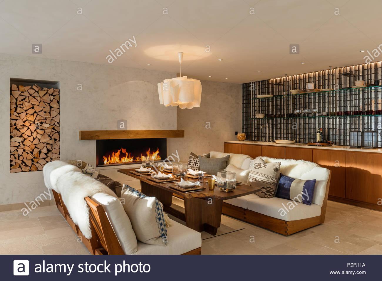 Sala Da Pranzo Rustica : Sala da pranzo rustica con acceso il fuoco foto immagine stock