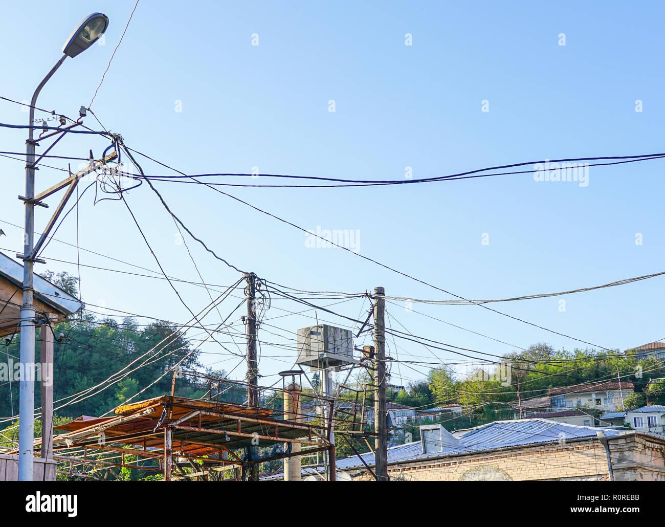 Illuminazione vecchio post con molti fili elettrici di alimentazione