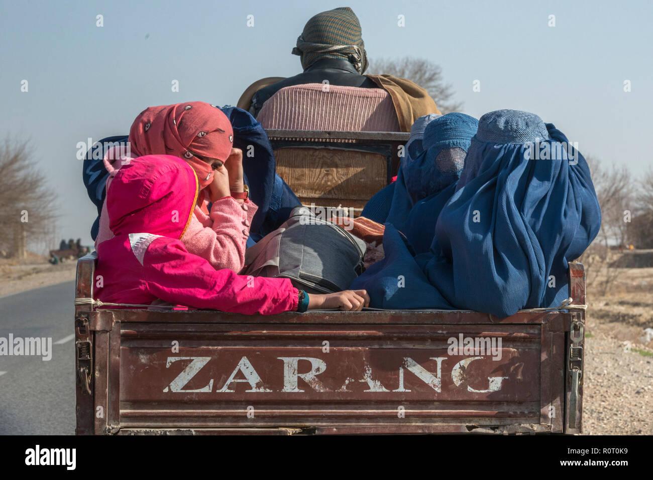 Le donne Lo Shopping con tradizionale burqa, Balkh provincia nord Afghanistan Immagini Stock