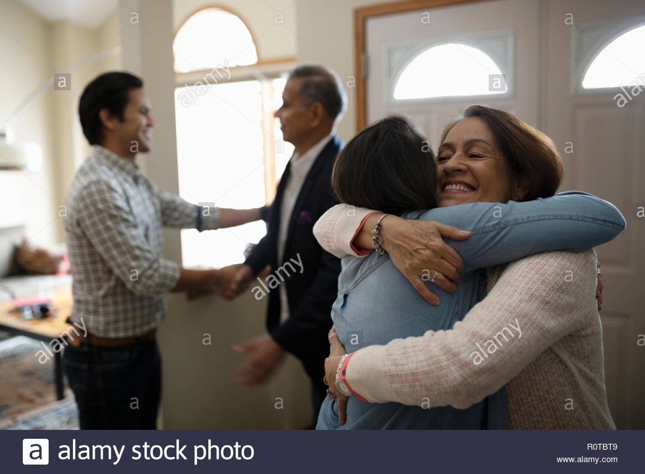 Latinx giovane saluto i genitori Immagini Stock
